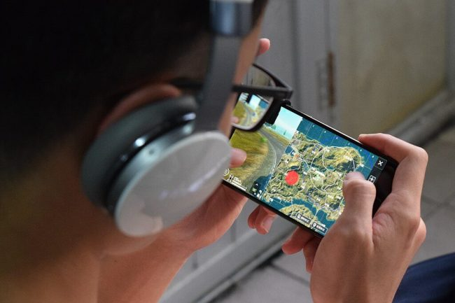 1024px-A_Player_Playing_PUBG_Mobile